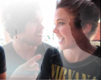 riéndose juntos