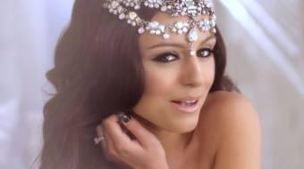 Esta es la tercera cancion del disco de Cher Lloyd,Stick Stones..