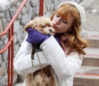 la adoro porque protege del frío a su nuevo perrito, esa es ser una buena dueña!!