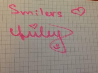 Porque NOS AMA de VERDAD (Esta foto es un papel que escribio Miley para las smilers)