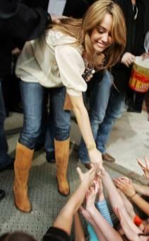 Miley Cyrus ayuda a sus fans.