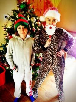 esta es miley con su hermana en navidad.