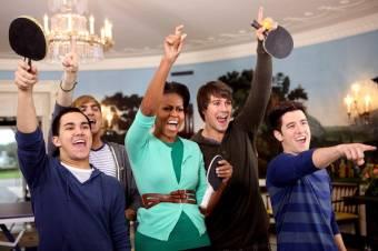 Big Time Rush en la Casa Blaca con la Primera Dama de los Estados Unidos Michael Obama recibiendo un reconocimiento y jugando tenis con sus hijas