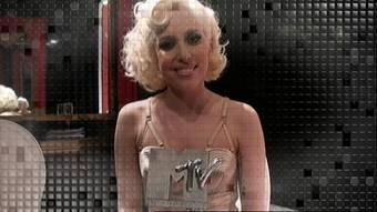Lady gaga gana un EMA en 2009 por mejor artista gracias a el exito de Poker Face