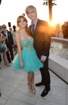 posando con su novio y luciendo vestido de bailarina turquesa