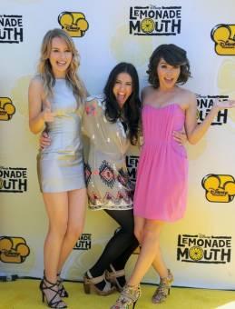 porque ella y sus amigas son muy chistosas y guapas