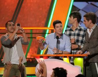 Logan reciviendo su Dirigible Naranja de los KCA 2012