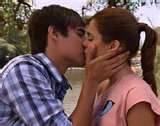 leon y violetta)un asqueroso beso con un chicoo mas feo que un moco)))