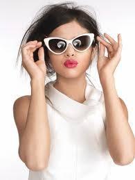 Selena se ve mejor con lentes que todas