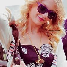 Taylor se ve mejor con lentes que todas