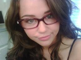 Miley se ve mejor con lentes que todas