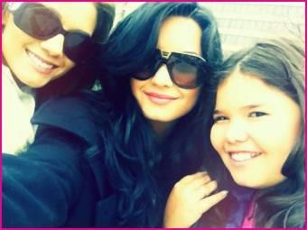 Tiene dos hermanas: Dallas Lovato y Madison de la Garza
