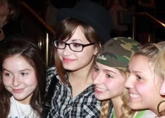 Demi y algunas de sus fans!!!
