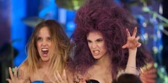 Cuando Leo tiene que cantar con su cabello rosa