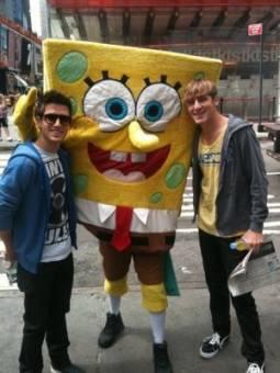 Logan y Kendall con Bob Esponja.