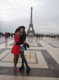 EN PARIS CON ZENDAYA POSAN DO FRENTE A LA TOUR EIFEL