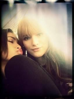 Ella con Bella Thorne