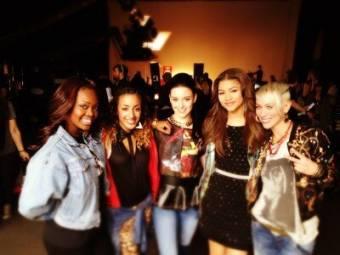 Ella con unas bailarinas detrás de las cámaras