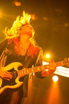 Demi Lovato,Nueva foto,tocando la guitarra en su concierto,TNLT
