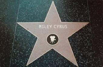 miley cyrus es muy famosa y tiene su estrella en hollywood.