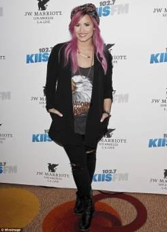 Demi es bastante clásica al vestirse, y en su caso, los pantalones solo están tajeados a la altura de las rodillas. Canchera, pero sutil.