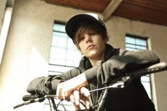 Justin Drew Bieber (L)