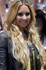 Demi Lovato,cabello rubio.