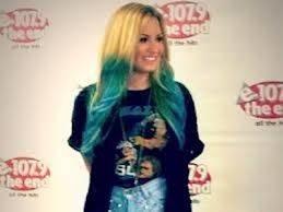 Demi Lovato,cabello rubio y puntas azules.