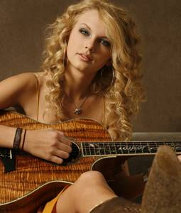 Taylor (canta bien y sus canciones son muy bonitas)