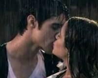 tomas el beso es mas bonito y cuando se besan sale el sol que bonito