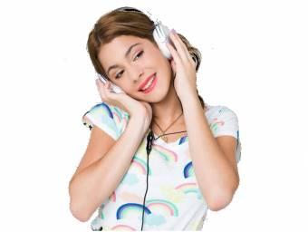 Una remera con arcoiris,unos auriculares y un rodete convinando este conjunto.Una de sus prendas mas usadas.