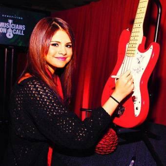 firmandome una guitarra que me gane :D