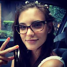 Hermosa con lentes