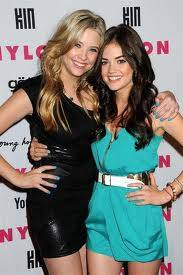 Hanna y Aria (Ashley Benson y Lucy Hale) En Pretty Little Liars