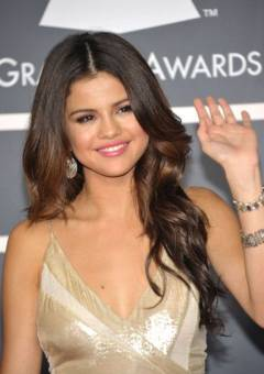 Selena Gomez: Canta pero no es tan famosa como Miley Cyrus