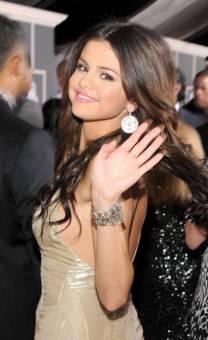 Selena Gomez (L)