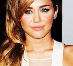 Miley tiene unos ojos mas bonitos.