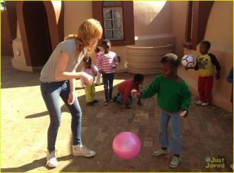 Ayudando a unos pobres niños