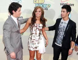 Demi se pone entre Nick y Joe, y elije abrazar a Nick