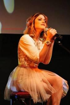 Dicen que baila exagerado: Por lo menos ella esta arriba de un escenario,cuando ustedes esten hay,avisenme,hay podran criticarla.