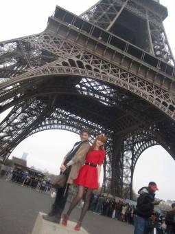 EN PARIS CON ZENDAYA POSANDO FRENTE A LA TOUR EIFEL