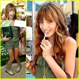 saliendo a comprar con ropa de color verde