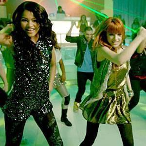 Por bailar tan bien con su amiga