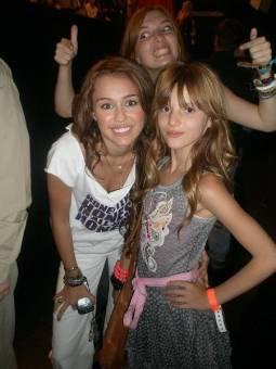 Porque es tan ASOMBROSA que hasta algunas famosas como Bella Thorne son fans suyas!!!!.