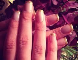 por lo bien que se pinta las uñas