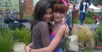 Por Zendi,es una interesada y quiere la amistad de Bella para ser famosa
