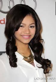 Se maquilla a la perfección:)Zendi