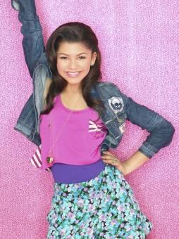 zendaya es perfecta, canta bien baila bien. es zendaya quien como ella