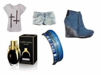1-remera informal,short de jean cortito,perfume de lady gaga,zapatos azules y gris,y pulceras azules.