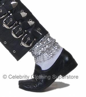Sus calcetas con brillantes y sus zapatos de charol